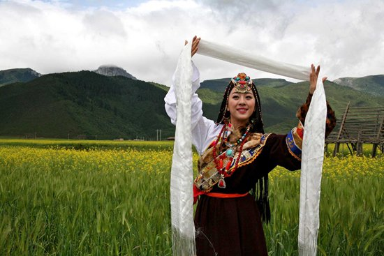 Tibetan guide is offering Khata for travel guests